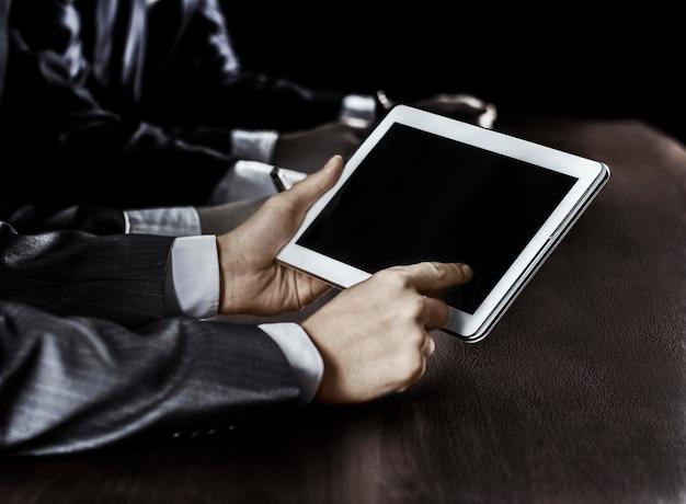 Zakenman werken met digitale tablet op werkplek.photo op een zwarte achtergrond en heeft ruimte voor uw tekst.t