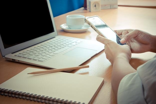 Zakenman werken met moderne apparaten, digitale notebook-computer en mobiele telefoon.