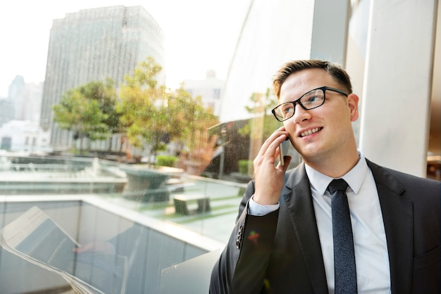 Zakenman werken pratende telefoon concept