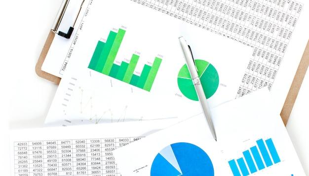 Zakenman werkgegevens document grafiek grafiek rapport marketing onderzoek ontwikkeling planning beheer strategie analyse financiële boekhouding. kantoor bedrijfsconcept.
