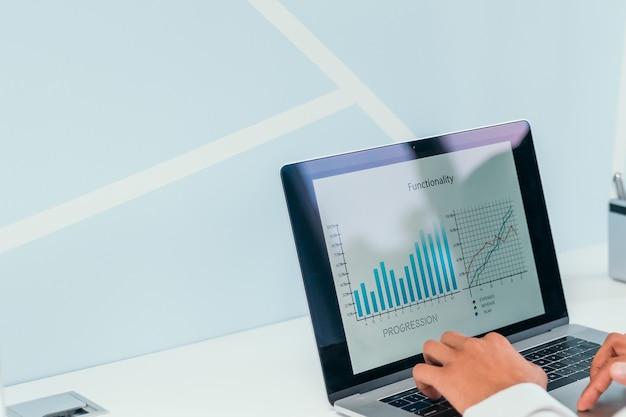 Zakenman werkt met behulp van een laptop om financiële gegevens te analyseren