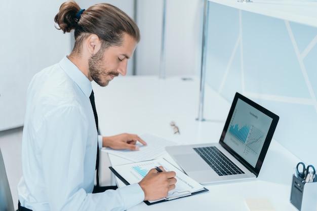 Zakenman werkt met financiële documenten