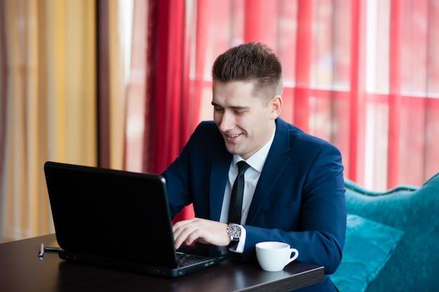 Zakenman werkt met laptop