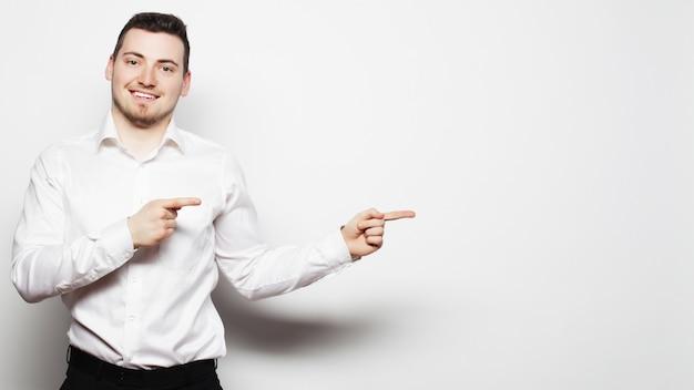 Zakenman wijst met vingers aan de rechterkant