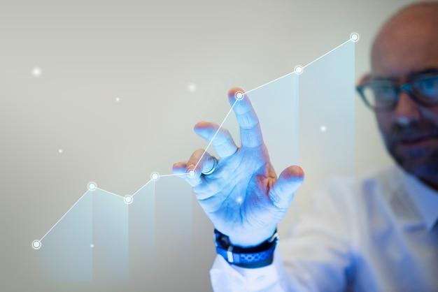 Zakenman wijst met zijn vinger naar een groeigrafiek