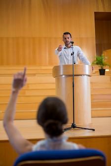 Zakenman wijst naar publiek tijdens het houden van een toespraak
