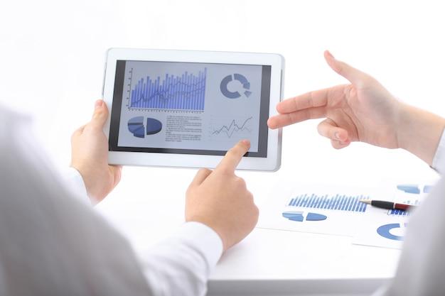 Zakenman wijzend met pen op het scherm van een digitaal tablet.