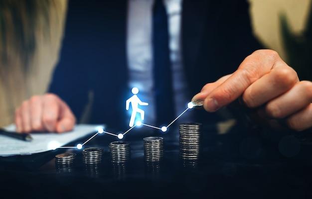 Zakenman wijzend naar groeiende grafieken en een figuur klim op de ladder van succes