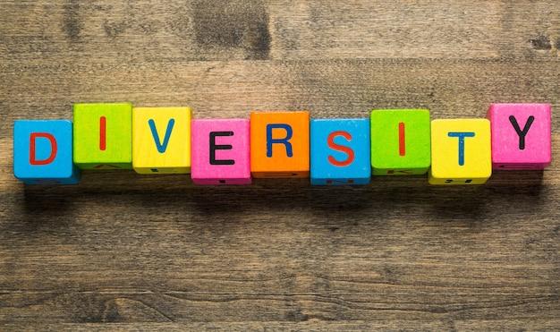 Zakenman wijzend naar transparant bord met tekst: diversiteit