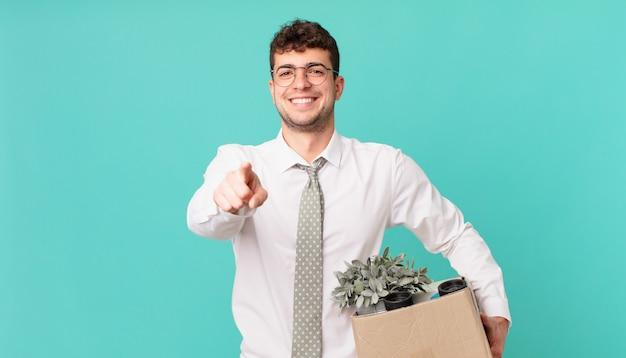 Zakenman wijzend op camera met een tevreden, zelfverzekerde, vriendelijke glimlach, jou kiezen. ontslag concept
