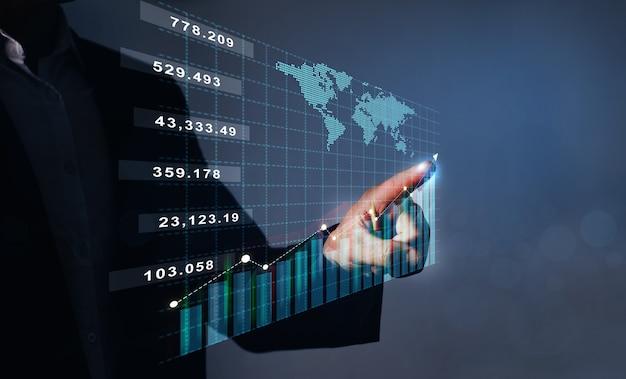 Zakenman wijzende groeigrafiek van financiële zaken en investeringsgegevens