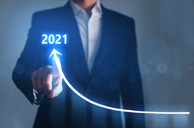 Zakenman wijzende pijl grafiek corporate toekomstige groei jaar 2021. ontwikkeling tot succes en groeiend groeiconcept.