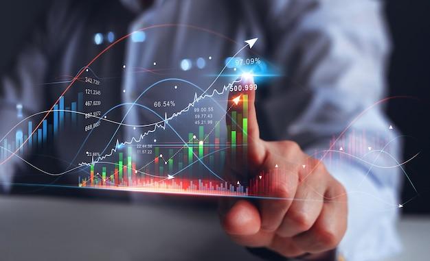 Zakenman wijzende pijl grafiek groei financiële bedrijfsinvesteringen bedrijfsstrategie en digitale marketing