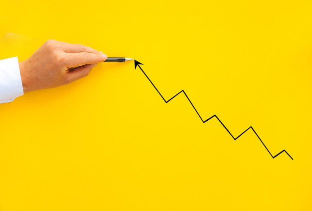 Zakenman wijzende pijl grafiek met pen. bedrijfsontwikkeling tot succes