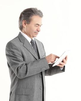 Zakenman wijzende vinger op de digitale tablet screen.isolated op een witte achtergrond.