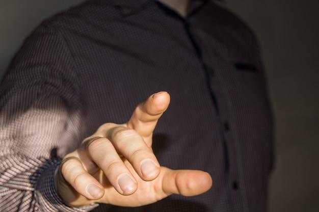Zakenman wijzende vinger op lege virtuele scherm door op een virtuele knop