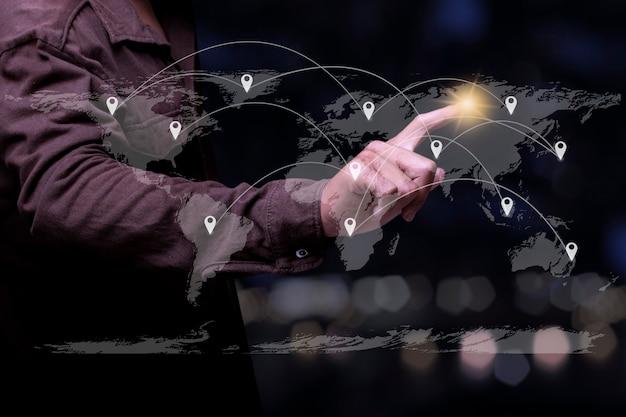 Zakenman wijzende vlek op de globale verbindingslijnen, bedrijfsnetwerkconcept.