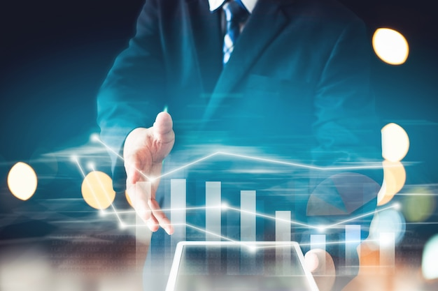 Zakenman wit pak presenteren informatiegrafiek van aandelen beleggen