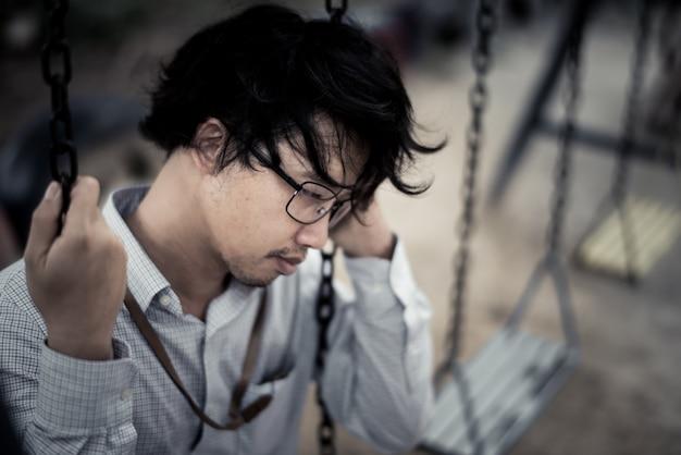 Zakenman wordt gestrest door zijn werk. depressie en angstconcept.