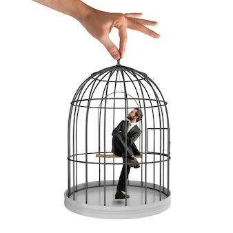 Zakenman zit in een kooi met vogels
