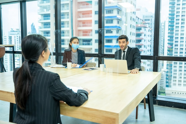 Zakenman zitten in sollicitatiegesprek, portret van een jonge vrouw met sollicitatiegesprek met manager en secretaris in financieel bedrijf.