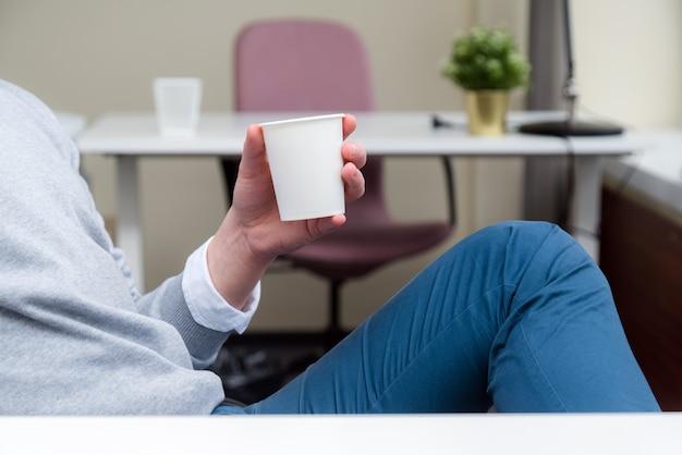 Zakenman zittend aan een bureau en een koffiepauze.