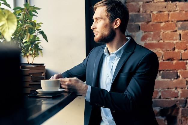 Zakenman zittend aan een tafel in een café professioneel ontbijt