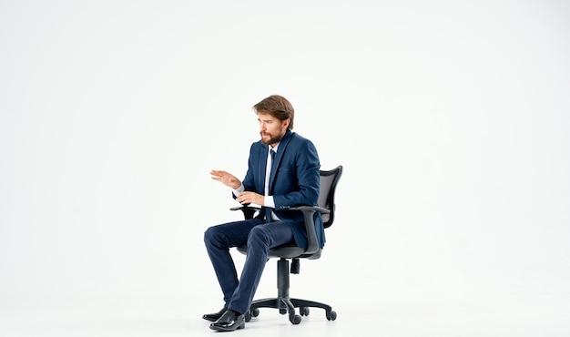 Zakenman zittend in bureaustoel werken geïsoleerde achtergrond