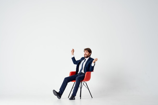 Zakenman zittend in een stoel office manager pak