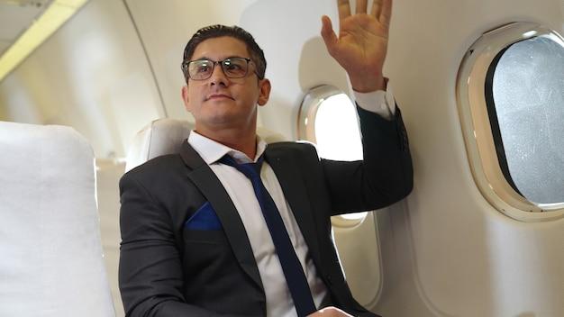 Zakenman zittend in een vliegtuig