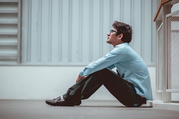 Zakenman zittend op de vloer na mislukking en ontslag man werkloos van bedrijf