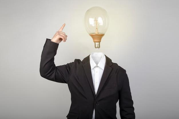 Zakenman zonder hoofd schakelt de gloeilamp in wanneer hij een idee heeft