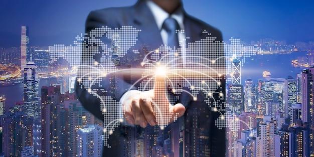 Zakenmanaanraking op wereldkaart. business man punt op aarde verbindingslijn show business building, 5g world communiceren, stadstoren, onroerend goed, onroerend goed, 5g internet, gps-netwerkconcept.