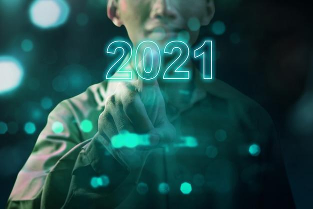 Zakenmanhand aanraken van het virtuele scherm van 2021. gelukkig nieuwjaar 2021