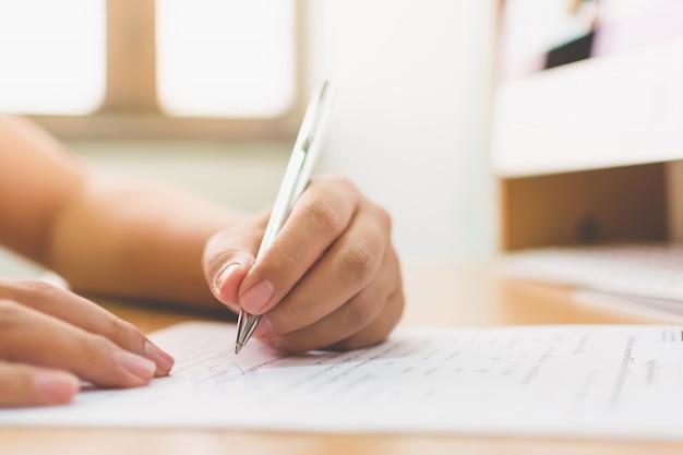 Zakenmanhand die de document bedrijfscontractovereenkomst ondertekenen