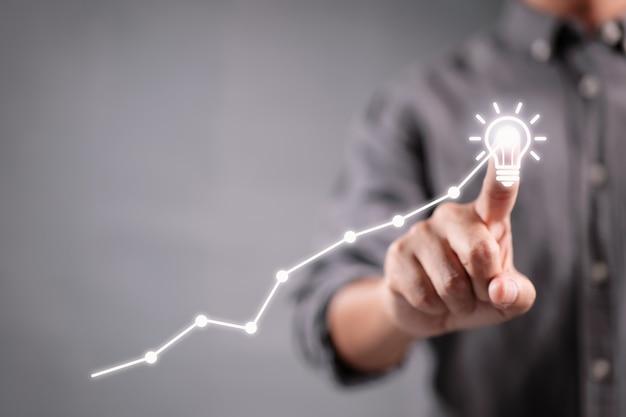 Zakenmanhand die met nieuw idee en bedrijfsstrategieconcept werken