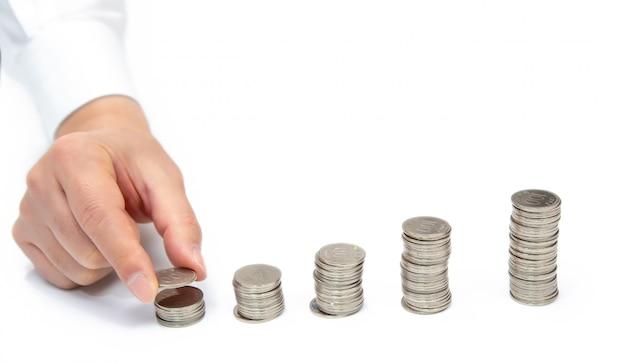 Zakenmanhand die omhoog munten met exemplaarruimte opstapelen. financieel concept.