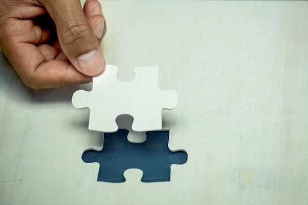 Zakenmanhand legde het laatste stukje puzzel om de missie te voltooien