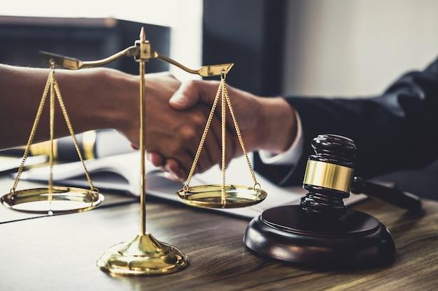 Zakenmanhanddruk met advocaat na het bespreken van goede overeenkomst van contract