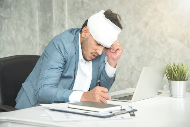 Zakenmanhoofdpijn en verband van het werkverwonding op het werk