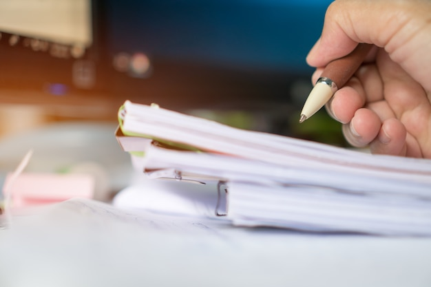 Zakenmanmanager die en documentenrapporten controleren ondertekenen