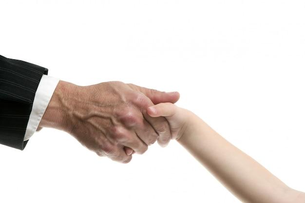 Zakenmanvader die hand geven aan een kind