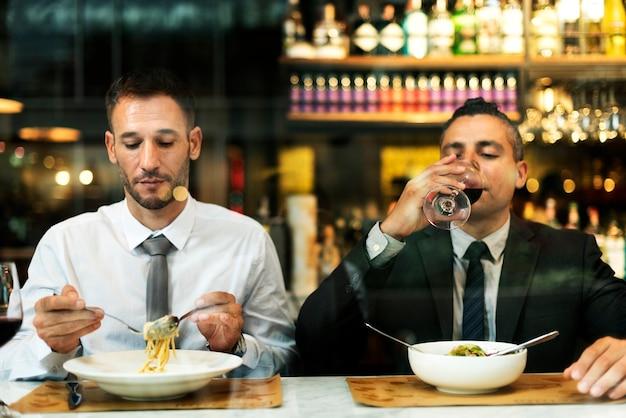 Zakenmanvergadering die de partijconcept eten van de besprekingskeuken