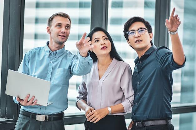 Zakenmanvergadering met commercieel team in bureau
