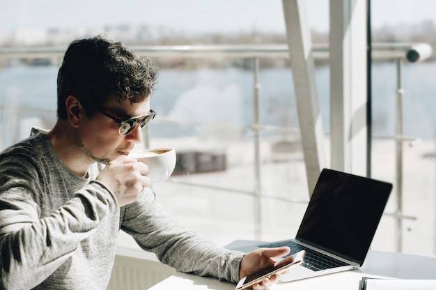 Zakenmanwerk op laptop voor project.