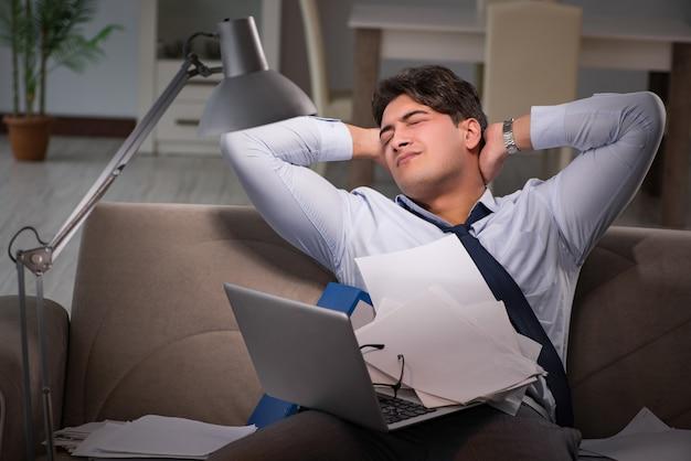 Zakenmanwerkverslaafde die laat thuis werkt