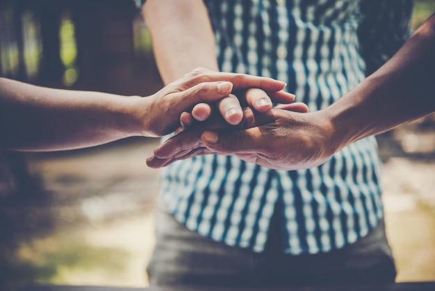 Zakenmensen die een hoop handen maken. teamwork concept.