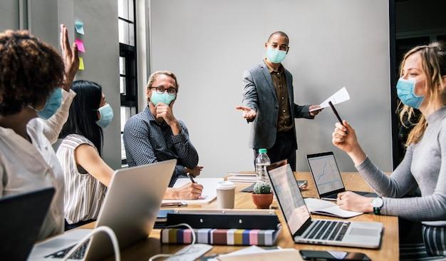 Zakenmensen die maskers dragen tijdens coronavirusbijeenkomsten, het nieuwe normaal