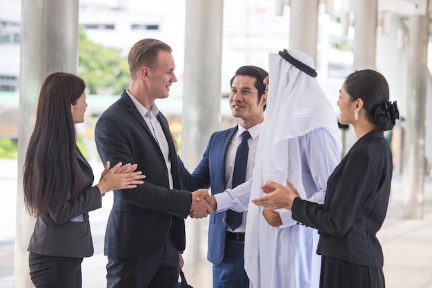 Zakenmensen en arabische mensen ontmoeten elkaar samen.