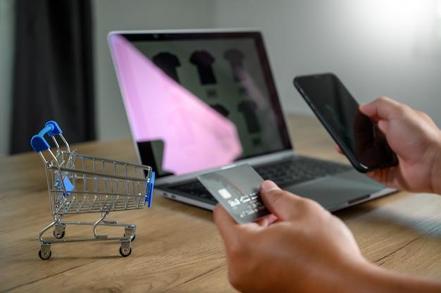 Zakenmensen gebruiken technologie e-commerce internet wereldwijd marketing inkoopplan